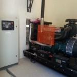 250 kVA-es automatikus áramfejlesztő aggregát gépházba telepítve